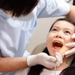 Bé bị sâu răng sữa có nhổ được không?