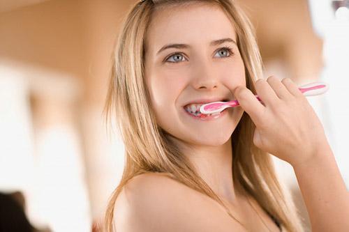 Nguyên nhân của tình trạng bị ê buốt chân răng là gì? 2