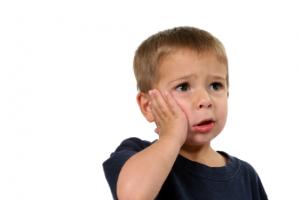 Làm gì khi bé 4 tuổi bị sâu răng hàm?