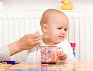 Trẻ mọc răng hàm biếng ăn phải làm sao?2