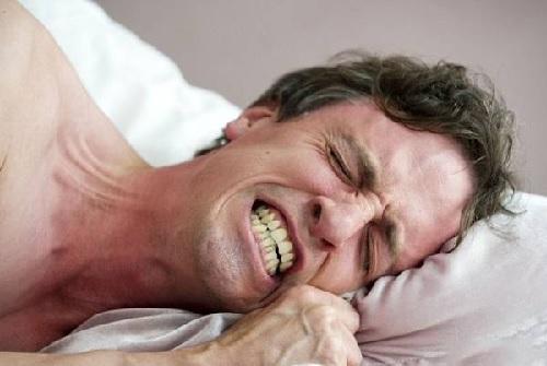 răng cửa bị mẻ