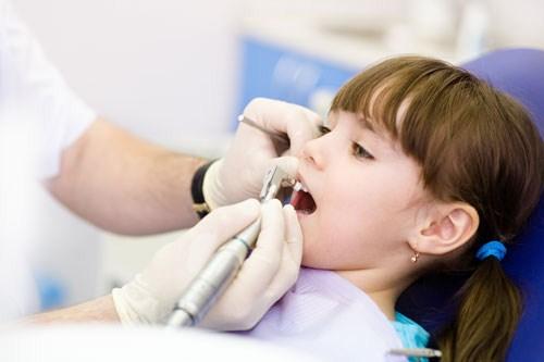 Lấy cao răng cho trẻ em có nguy hiểm không? 2