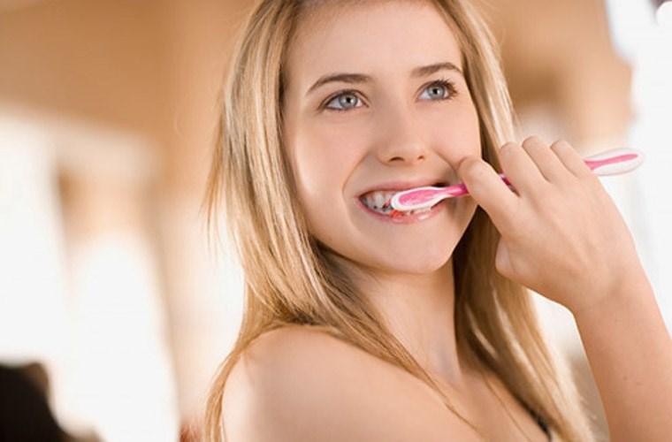 Các cách làm trắng răng bằng than hoạt tính hiệu quả nhất 2