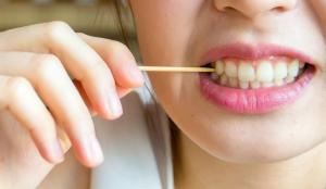 Lưu ý: Liệu có an toàn với cách làm sạch răng bằng tăm tre 2